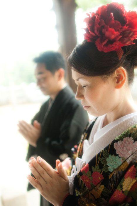 この1枚を見た人は、ついつい手を合わせたくなるかもしれませんね!?。二人の幸せを祈る気持ちで結婚記念のシャッターを切りました。どうかお幸せになってください。徳島県東王子神社で和装ロケーションウェディングの撮影。