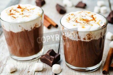 ホイップ クリーム、シナモン、塩キャラメルをホット チョコレート