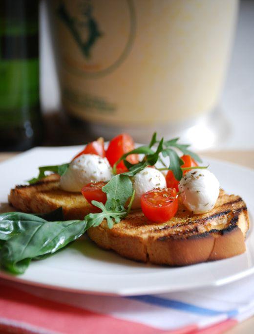 Bruschetta con pomodorini e ciliegine di mozzarella