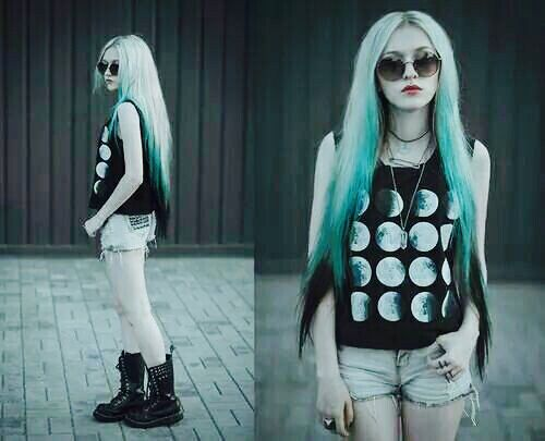 Faces of Moon shirt. Blusa de fases da Lua. Platinum, blue green and black hair. Cabelo platinado com verde azulado e preto.