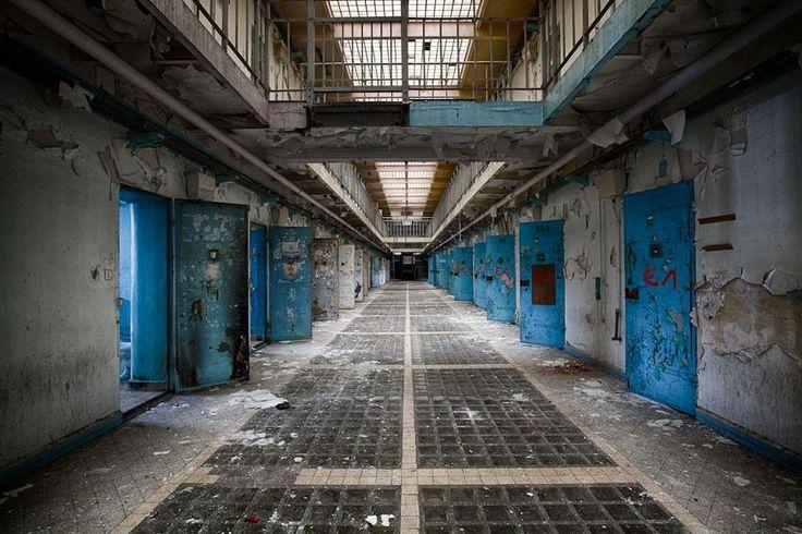 Arnold Avery zat opgesloten in de Longmoor-gevangenis van Dartmoor. De buitenmuren - slechts vier meter hoog - behoorden tot de laagste in het land.Als iemand erin slaagde om voorbij het ijzeren hekwerk te komen en over de muur te klimmen, stond hem nog een veel lastiger obstakel te wachten: Dartmoor zelf.