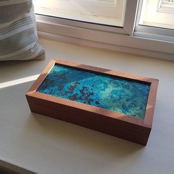Ein wunderschön handgefertigten Box zur Aufbewahrung von Schmuck, Anhänger, Manschettenknöpfe oder andere kleine Gegenstände. Hergestellt aus recyceltem Mahagoni mit einem eingesetzten Stück Kupferblech, die mit Salz, die blau-grüne Patina zu schaffen und Ammoniak oxidiert. Die Mahagoni