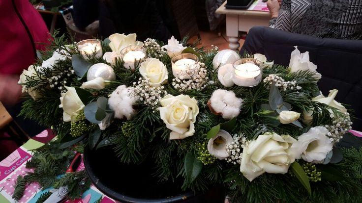 Kerststuk met witte rozen