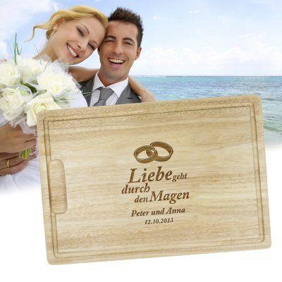 Ob als Küchenplatte oder einfach nur als schöne Deko: Das Holzbrett mit Gravur zur Hochzeit ist ein echter Hingucker. via: www.monsterzeug.de