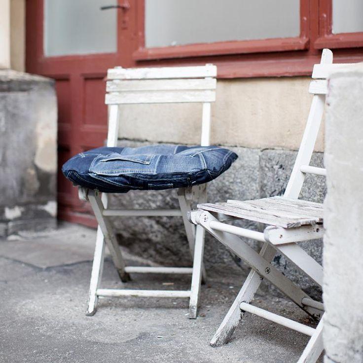 Sy dynor av gamla jeans till trädgårdsmöblerna, instruktioner här: http://martha.fi/sv/radgivning/tips/view-92580-4783