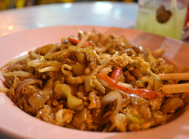 Char Kway Teow fried noodles on Jalan Alor in the Bukit Bintang area of Kuala Lumpur. Best KL Malaysian Food. For our boutique Kuala Lumpur City Guide incl. Malaysian Food and Kuala Lumpur Boutique Hotels check our website: http://best-of-kl.com/