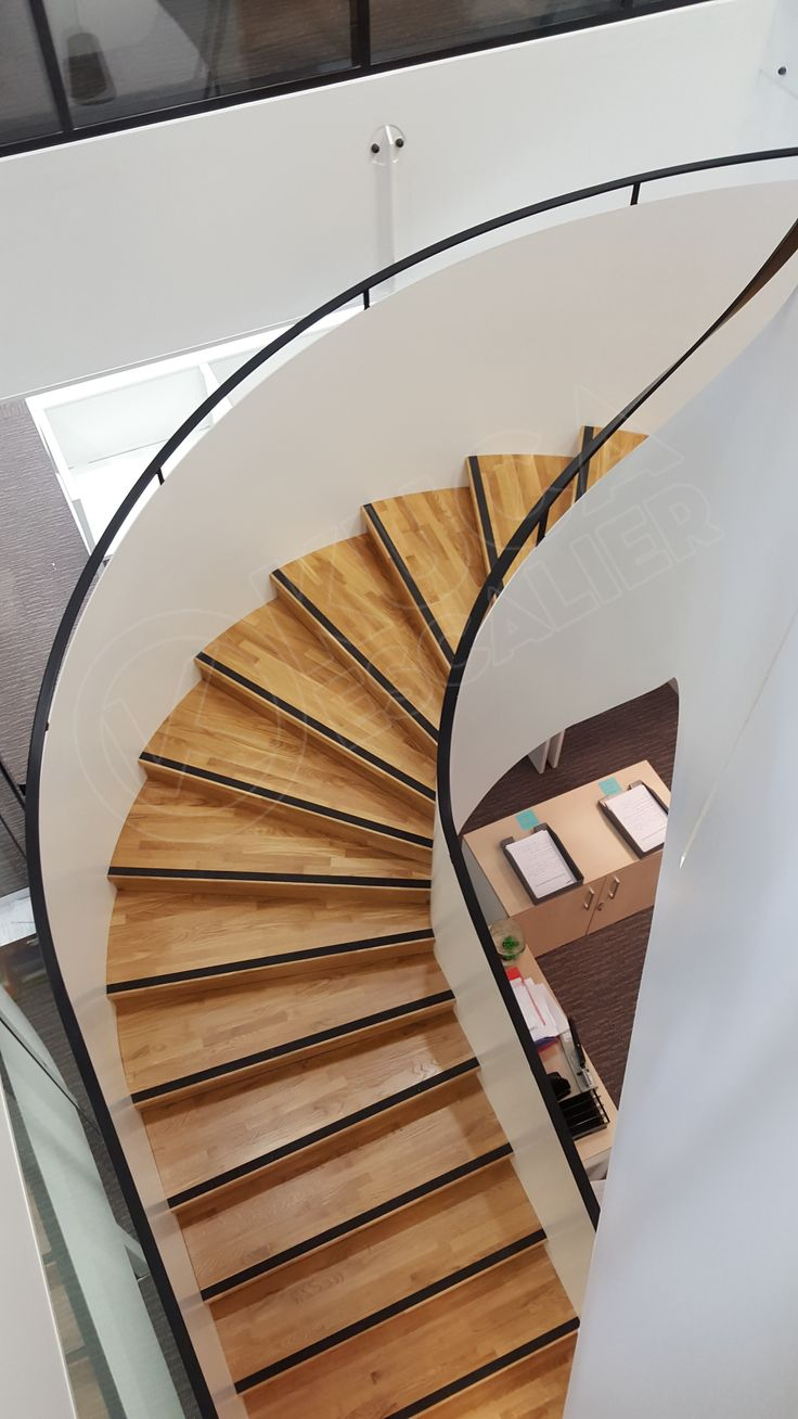 Escalier balancé en acier avec marche et contre-marche bois. Escalier norme ERP - Kuca