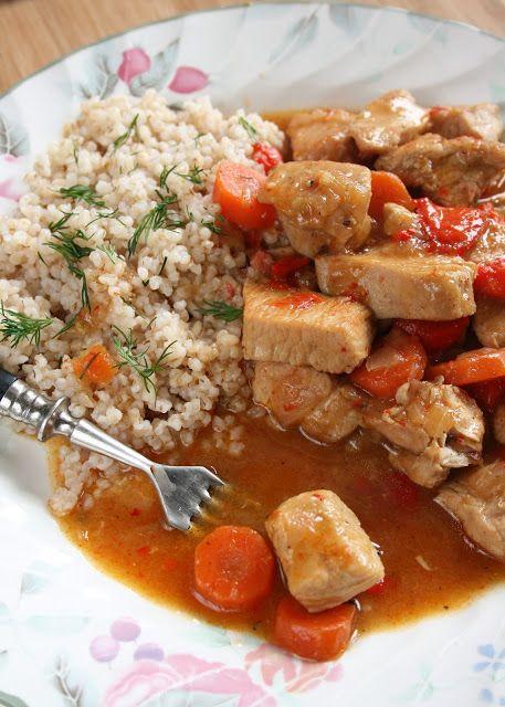 Delikatne mięso z indyka uduszone z warzywami w pachnącym sosie, podane z kaszą jęczmienną - to moja propozycja na lekki i pyszny obiad   ...