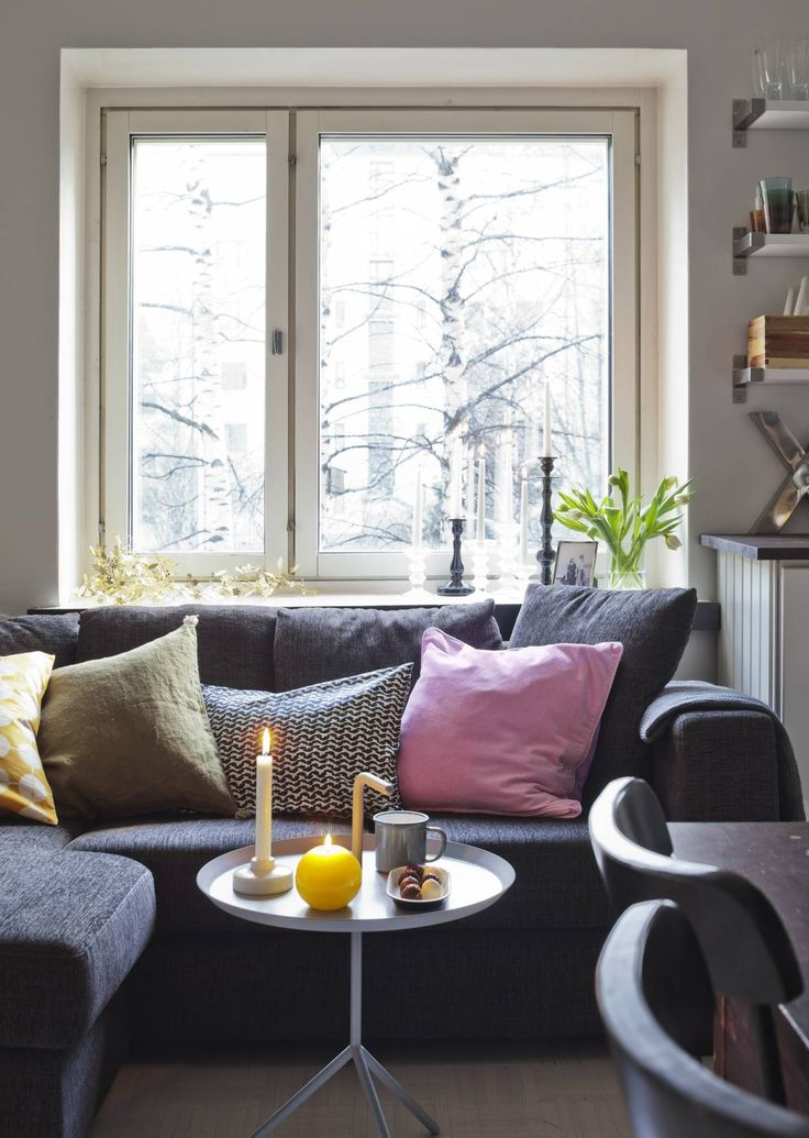 Ikkunalaudalla on koristeena metallinen, taivutettava Garland-valaisimen varjostin. Iittalan Festivo-kynttilänjalat Kirsi on saanut lahjaksi ja mustat kynttilänjalat hän on ostanut Kodin1:stä.