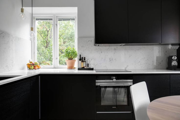 Black kitchen with oak structure from danish HTH in the model VH7. Appliances from Siemens.