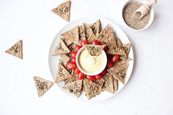 La saint Patrick c'est vendredi ! Et l'occasion de marquer les esprits à l'apéro avec notre recette de crackers maison aux graines : croustillants et healthy ils sont parfaits à tremper dans un houmous ou tzatziki ! www.iletaitunenoix.com