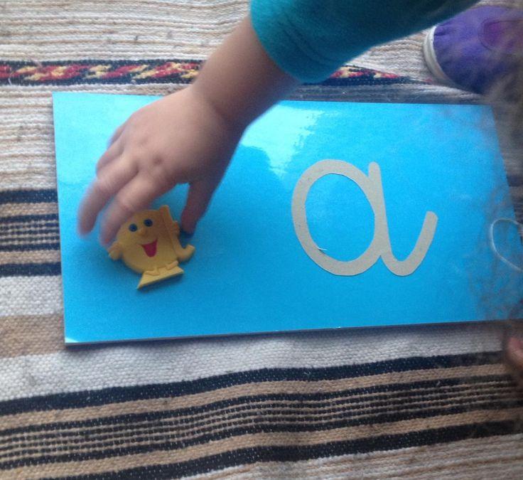 Apprendre le son des lettres avec les lettres rugueuses et les Alphas