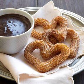 Disfruta la calidez de estos churros con un toque de naranja y recubiertos de azúcar y canela. Sorprende tus papilas gustativas con la salsa de chocolate preparada con un poco de pimienta de cayena. ¡Quien pruebe estos churros, se sentirá amado por tí!