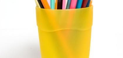 Cómo quitar el pegamento de las etiquetas adhesivas del plástico | eHow en Español