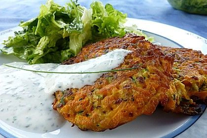 Zucchini-Möhren Puffer mit Kräuter-Joghurt Creme Ø 4,4. - http://www.chefkoch.de/rezepte/356561121031364/Zucchini-Moehren-Puffer-mit-Kraeuter-Joghurt-Creme.html