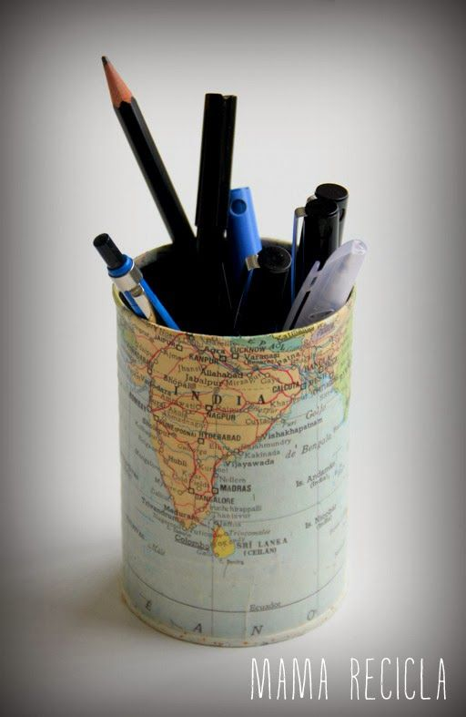 bote de lapices hecho con mapas reciclados