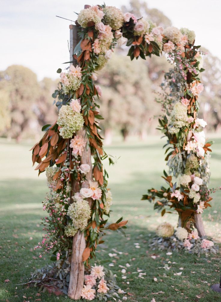 Fall florals decorating this ceremony arch Photography: Michael & Anna Costa Photography