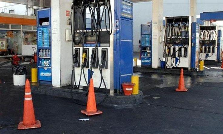 """http://ift.tt/2hoDxxg http://ift.tt/2gVsQyX  Fue luego de que se conociera la marcha de las reuniones entre el Ministro de Energía Juan José Aranguren y las Petroleras en procura de un acuerdo que implicará """"un gradualismo"""" para llegar al precio internacional en junio o julio de 2017.  En el año 2016 el combustible líquido aumentó el 31 por ciento lo que provocó que los expendedores no la pesemos bien debido a la caída en las ventas como directa consecuencia de los incrementos expresó a…"""