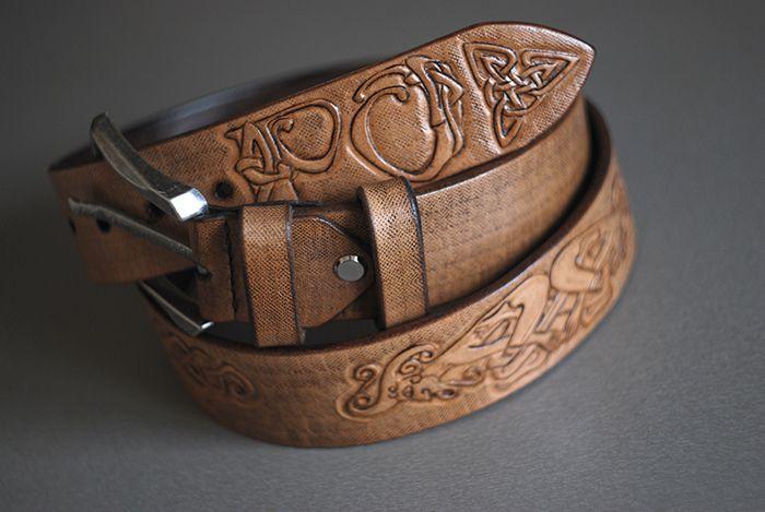 Кожаный ременьразмером 40х105 см. В изготовлении была использована кожа растительного дублениятолщиной 4.0 мм.Тиснение сделано в технике «ручная гравировка по коже».