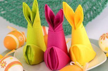 Servietten Falten Anleitung Osterhase Aus Papierserviette Gefaltet. In  Verschiedenen Farben Passend Zur Tischdekoration Für Ostern