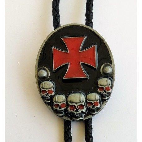 Bolo Tie Modèle Croix de Malte Rouge et Têtes de Mort
