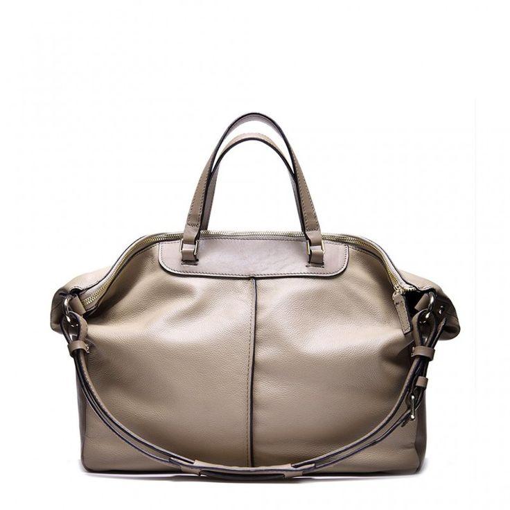 Material:piele naturala Inchidere geanta:fermoarCompartimente:1 buzunar interior cu fermoar, 2 buzunare pentru accesoriiDimensiuni:lungime ( baza) 32 cm x 27.5 cm inaltime, curea de umar ajustabila/ detasabilaCuloare fermoar/ accesorii metalice:auriu