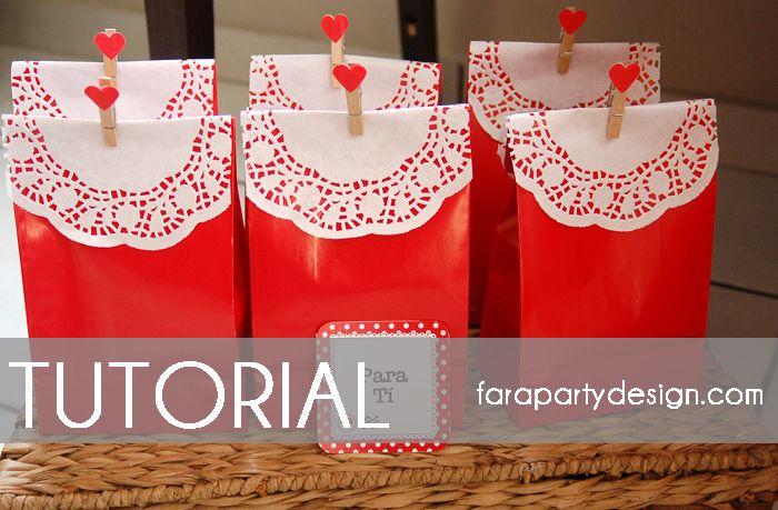 En el día de hoy vamos a compartir con ustedes un tutorial paso a paso de cómo transformar sencillas bolsas rojas en hermosas regalos para San Valentín o para cualquier otra ocasión. Necesitan los siguientes materiales: Doilies blancos de 6.5 pulgadas. Bolsas de regalos rojas. Pinches de ropa medianos. Stickers de corazones.Nosotrs usamos los nuevos