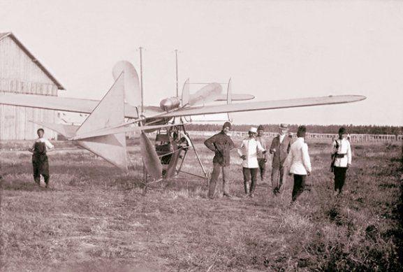 La 17 iunie 1910, la Cotroceni, Vlaicu I s-a ridicat prima dată la circa 4 m înălţime, într-un zbor de 40 m, după care s-a întors lin pe pămînt. A fost primul aparat construit integral în România. Foto: Arhivele Statului, Fondul Lipovan
