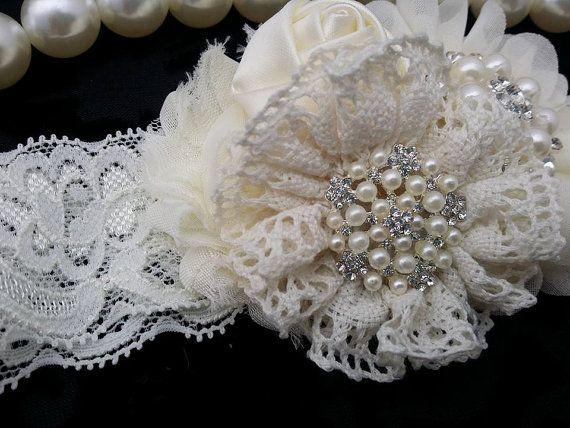 ~ Ivoire bandeau Vintage ~  https://www.facebook.com/OohLaLaDivasandDudes  D'inspiration ce vintage dispose de beau bandeau en mousseline de soie & fleurs de dentelle, boutons de roses sur un bandeau assorti. Le centre de l'arc est fait de belle perle et des grappes de strass. Nos fleurs sont en feutrine soutenues pour le confort. Simple et élégant, bien sûr d'être un vrai turner!! Associez-le avec un de nos grenouillères de petti adorable dentelle pour un look complet.   Si vous souhaitez…