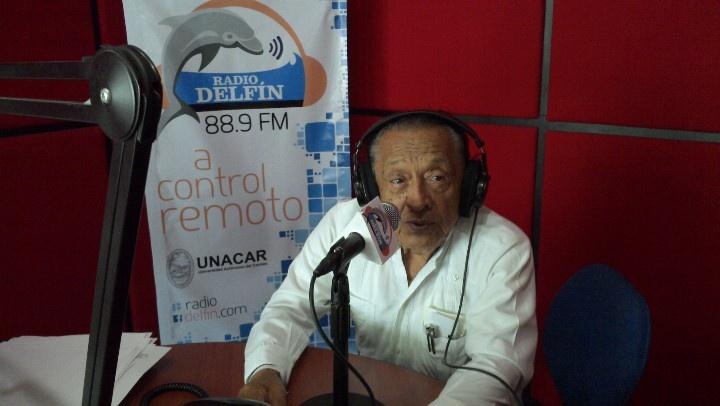 El profesor Humberto Muñoz Lara comparte la historia de la XEIT con el auditorio de Radio Delfín.