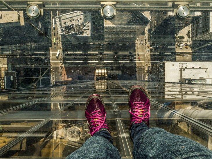 Pies de una persona dentro del balcón de vidrio en la Torre Willis en Chicago
