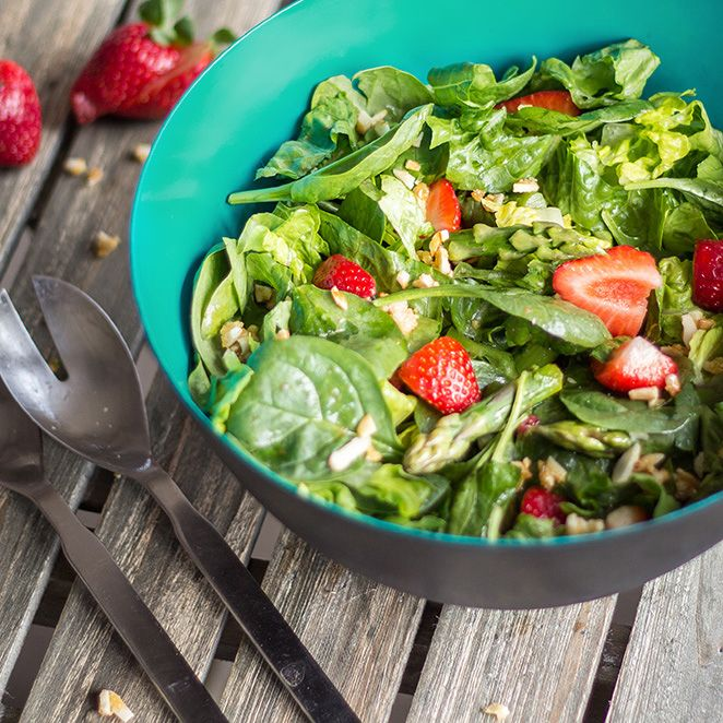 Roher spargelsalat mit erdbeeren