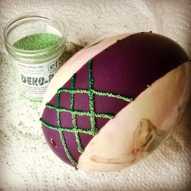яйцо трансфер (13)Когда лак уже высох, это займет несколько дней, я за отделка пасхальных яиц konturówką и mikrokulkami. Мокрой еще konturówkę посыпают частицы, которые прилипают к ней. Цвет konturówki выбираю наиболее близок к mikrokulek.