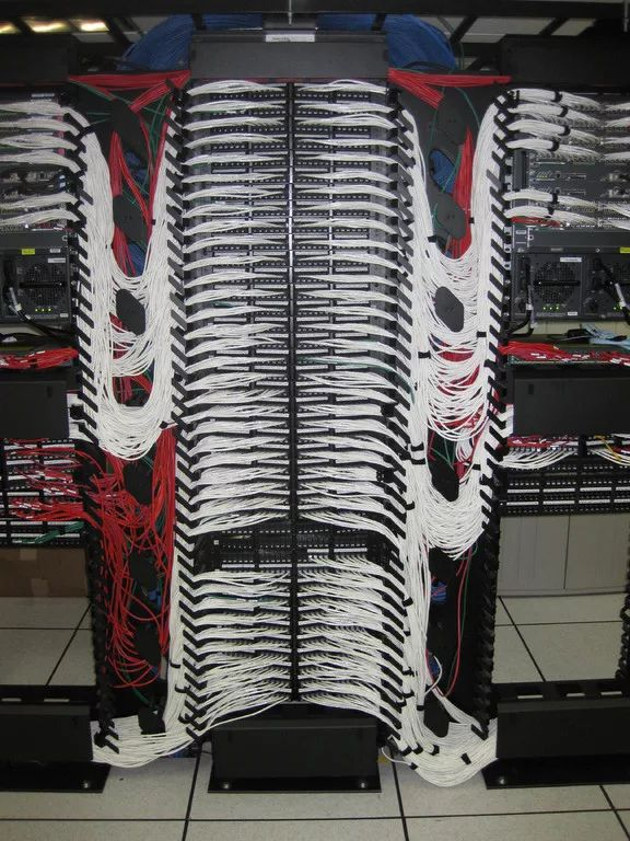Foto: Using Cat5e, 6 etc. cable and modular panels to wire a data center is not a casual thing. ToR or EoR? #datacenter