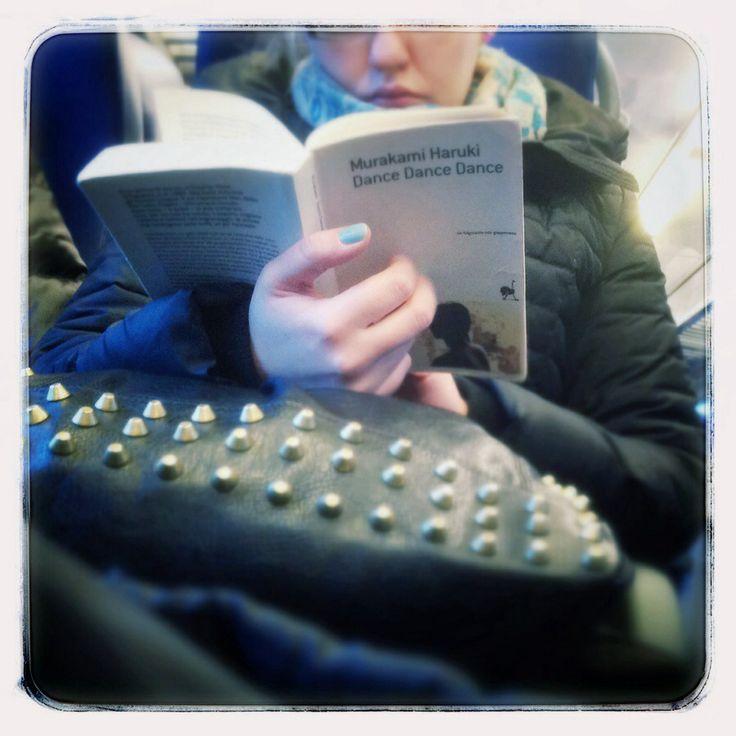 Lettrice con borchie, smalto azzurro e… Murakami!