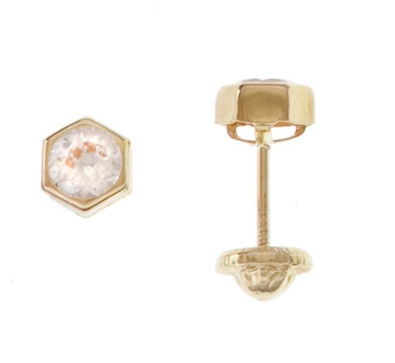 Topitos y aretes para bebe con forma hexagonal y circón, hecho en oro de 18k. Llevan cierre de seguridad para que lo bebes no se pinchen. Puedes conseguirlos online en www.topibaby.com