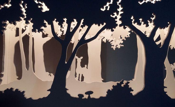 """""""Petit théâtre d'ombres"""", lampe d'ambiance grise et blanche en bois fabriquée artisanalement. Dimensions 50*40*15 cm. Eclairage Led. Disponible sur la boutique de Céline Calmettes Créations chez alittlemarket.com """"Small shadow theater"""", swig of wooden grey and white atmosphere made by craftsmen. Dimensions 50*40*15 cms. Lighting Led. Available on Céline Calmettes Créations's shop to alittlemarket.com"""