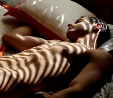 nude-guy-sleeping