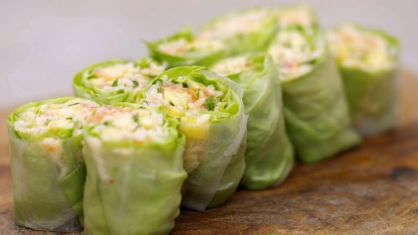 Eén - Dagelijkse kost - rolletjes gevuld met rijstsalade met ananas en gerookte zalm