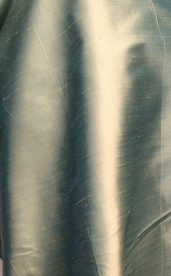 Schöne Seide abgehaspelt... hat geringfügige Unvollkommenheiten. 1. Hof Wimmelt es von Textur, Opulent und deutlich gewebte, dieses Material verfügt über abwechslungsreiche Streifung, dass in machen es zur idealen Wahl für grandiose Ballkleider, Anzüge und andere Erbstück Kleidungsstücke. Hat eine Falzlinie, die gedrückt werden muss Breite: 54 Inhalt: 100 % Seide Farbe: Sellerie  Wir tun unser Bestes um ein Element Farbe in jeder Beschreibung zu beschreiben, die wir schreiben. Wir halten…