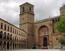 La Plaza Mayor de Villanueva de los Infantes está considerada una de las plazas mayores más bonitas de Castilla-La Mancha, no en vano está declarada Conjunto Histórico Artístico, con notables edificios como el Ayuntamiento, casonas blasonadas, galería porticada,