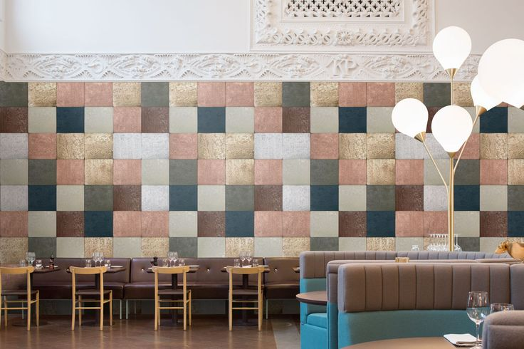 Osez le carré et choisissez le papier peint TIN TILES pour vos murs.