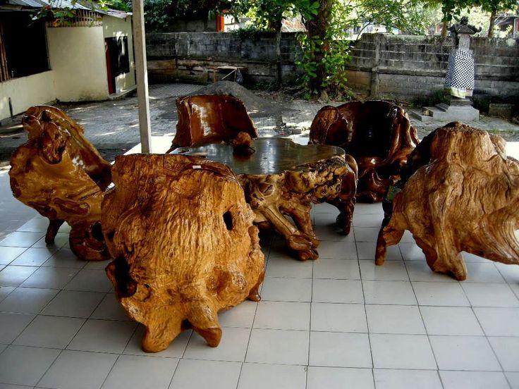 Muebles rústicos hechos de madera natural y genuina de piedra.