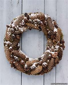 Martha Stewart: natural pine cone wreath for interior or exterior decoration. Ideal lasting all the way from fall, the holidays through the winter.