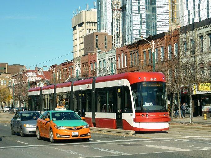 カナダ・トロントの路面電車「ストリートカー」。Streetcar in Toronto, Canada.
