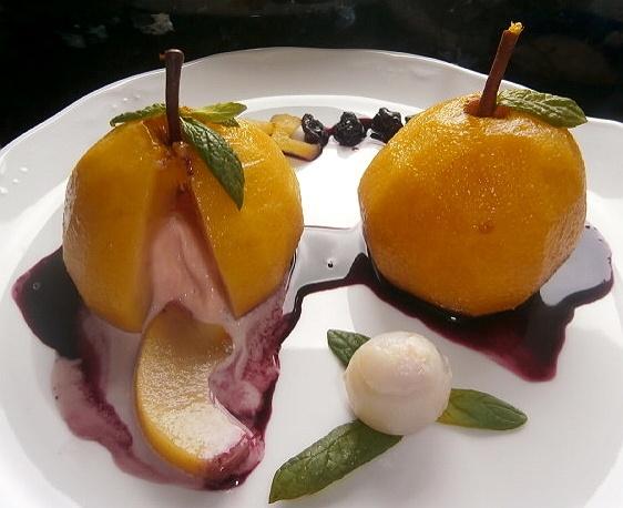 Peras escalfadas en vino blanco, rellenas de helado de vino rosado con jarabe de vino tinto