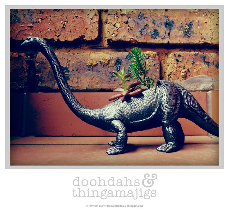 Doohdahs & Thingamajigs attempt at the famous planters ;) Brontosaurus, cast iron metal finish