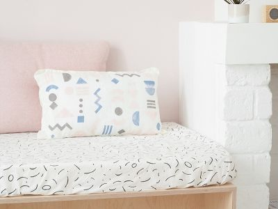 No cashola for new linen? No problem. Just follow along this DIY and whip yourself up a fancy new cushion.