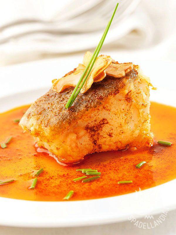 Merluzzo in salsa di paprika: l'idea fuori dal coro per portare in tavola in un modo diverso il merluzzo, un pesce spesso molto apprezzato e versatile.