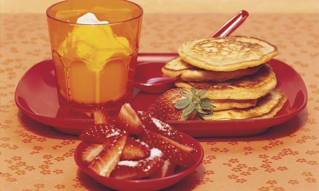 Pancakes mit Erdbeerquark: Für den Teig Mehl, Salz, Zucker und Backpulver vermischen. Milch, Butter und Ei verquirlen, hineingiessen. Zu einem glatten Teig ...